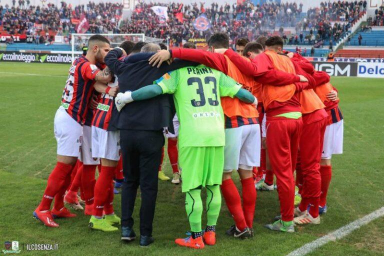 Calcio, il Cosenza c'è. La squadra in campo, il dietro le quinte del tifo e chi urla in Tribuna vip.