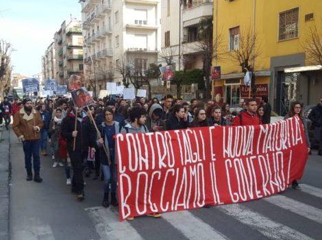 """""""Bocciamo il Governo"""", studenti in piazza"""