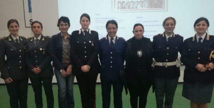 donne in uniforme