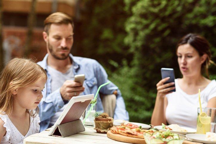 Influenza e conseguenze di social e internet nei rapporti familiari