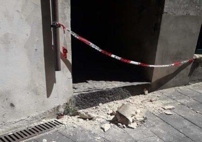 Cosenza: si stacca un pezzo di balcone su Corso Telesio