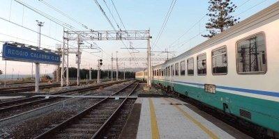 Finisce sotto un treno, 27enne in gravissime condizioni