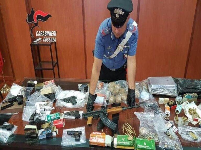 Armi e droga in una casa del centro storico di Cosenza