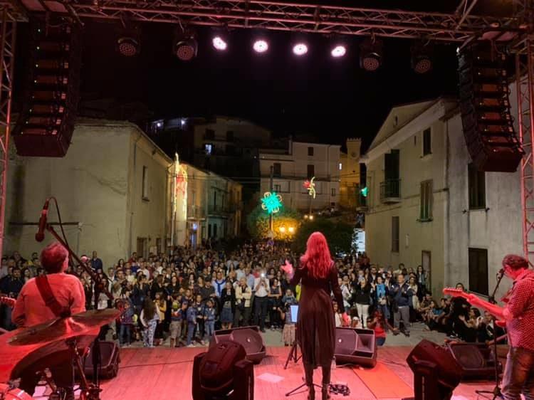 Irene Fornaciari incanta Aprigliano nella festa di San Rocco(video)