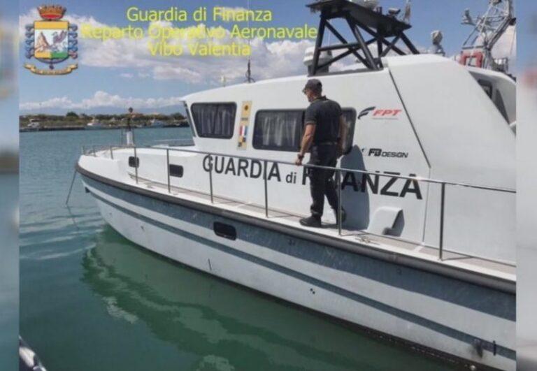 Barca incagliata nel Canale degli Stombi soccorsa dalla Finanza