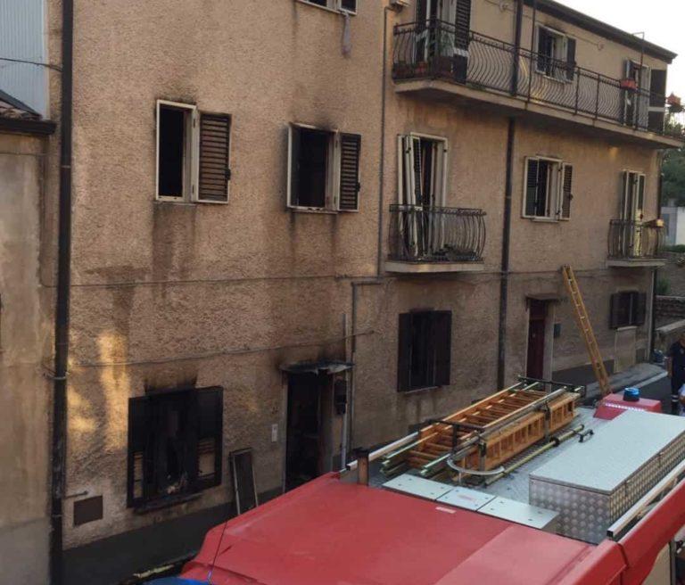 Incendio a Bisignano, intervengono i Vigili del Fuoco