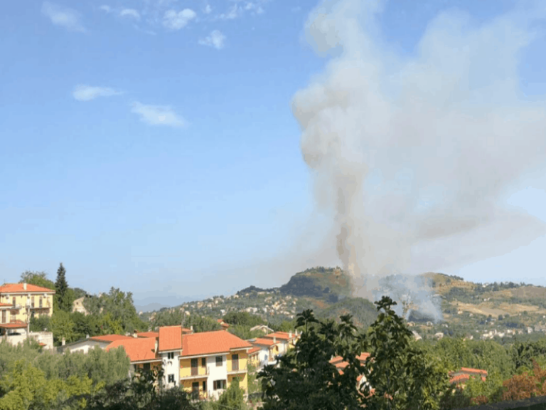 Incendio divampato a Castrolibero, forte pioggia provvidenziale