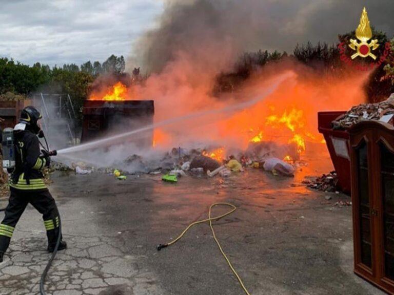 Corigliano Rossano, in fiamme deposito di rifiuti