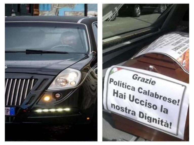 Carri funebri davanti il Consiglio regionale della Calabria