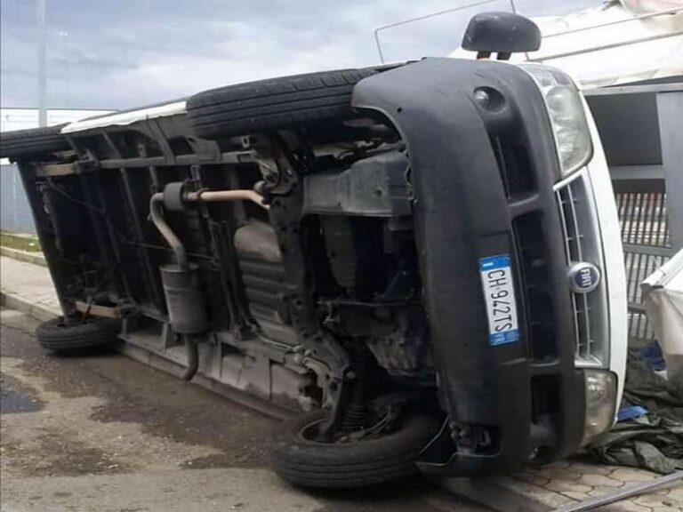 Maltempo, tromba d'aria ribalta autocarro di un ambulante(foto)