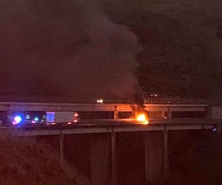 A2 bloccata, auto in fiamme, direzione nord, tra Rogliano e Cosenza