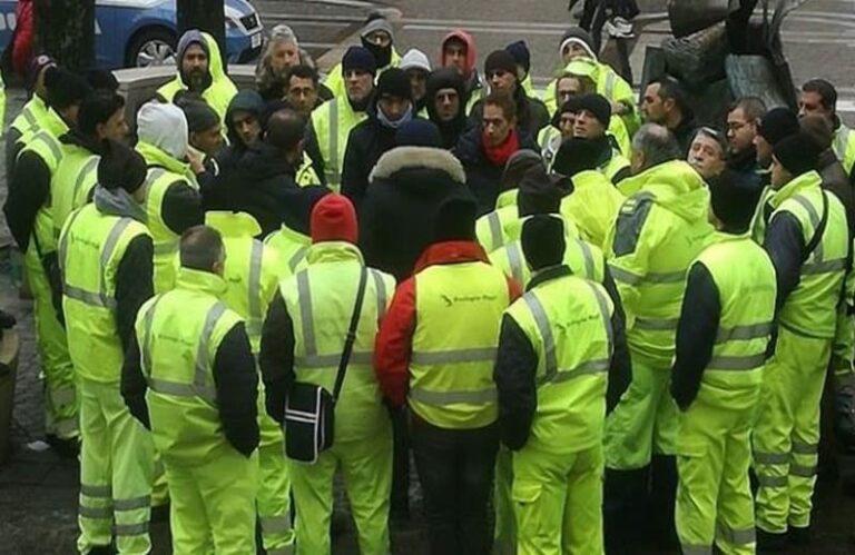 """Ecologia Oggi, protestano i lavoratori: """"Anche noi vorremmo un Natale sereno"""""""