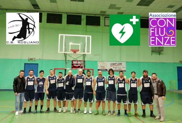 """Confluenze dona un defibrillatore al Club Basket Rogliano con l'incasso di """"Laportaperta"""""""