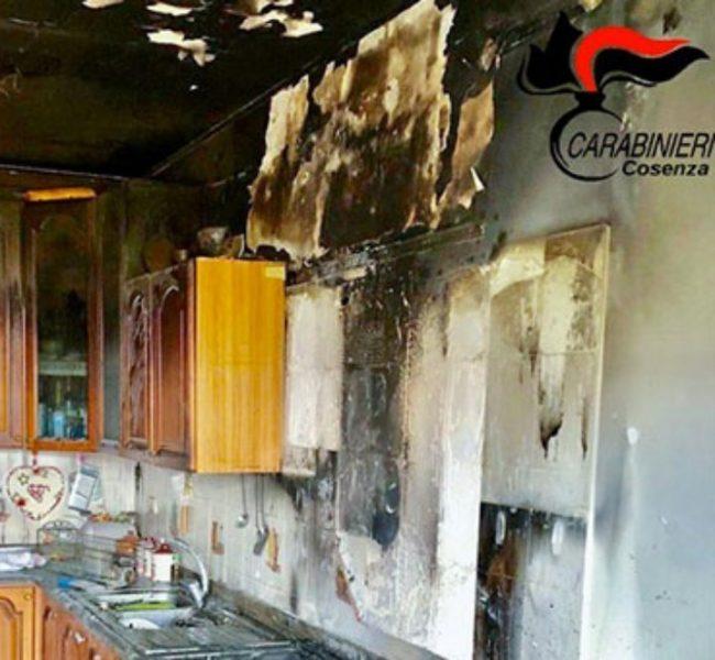 Anziani dimenticano una pentola sui fornelli, abitazione in fiamme