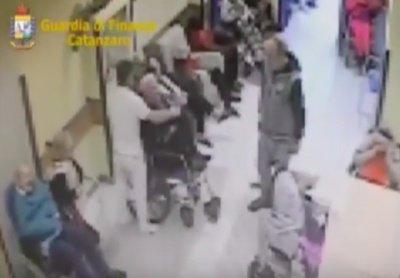 anziani picchiati casa di riposo