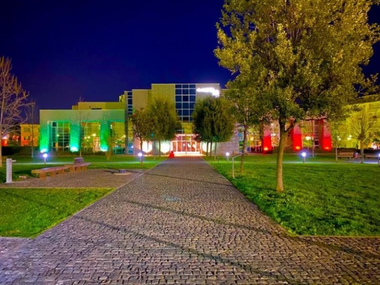 La casa municipale di Rende si illumina coi colori del tricolore