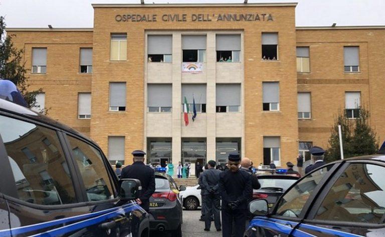 Cosenza, omaggio forze ordine al personale sanitario dell'ospedale Annunziata