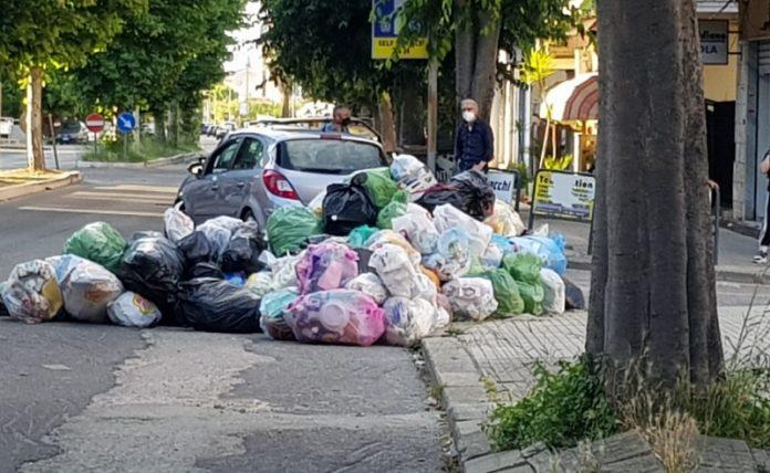 strade invase dai rifiuti