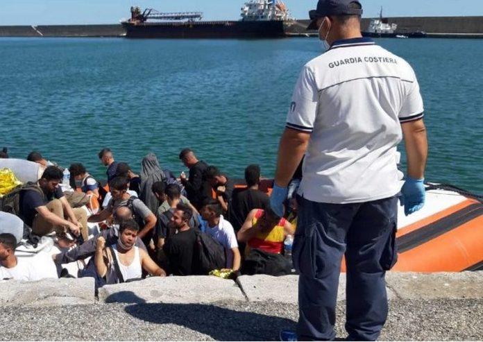 Crotone, sbarcati altri 61 migranti