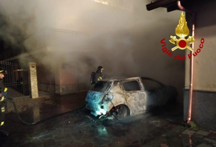 auto in fiamme lamezia terme