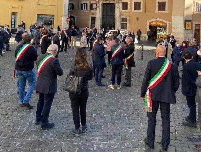 sindaci calabresi davanti montecitorio