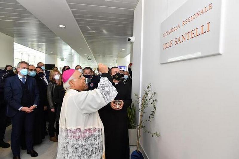 Monsignor Bertolone benedice la targa di intitolazione al presidente Santelli
