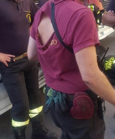 maglietta strappata vigile del fuoco