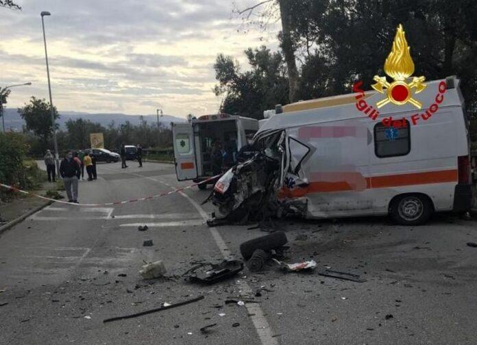 scontro tra furgone e ambulanza