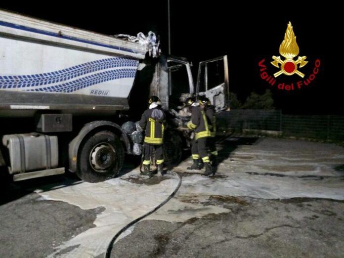 vigili del fuoco incendio autocarro cassonato