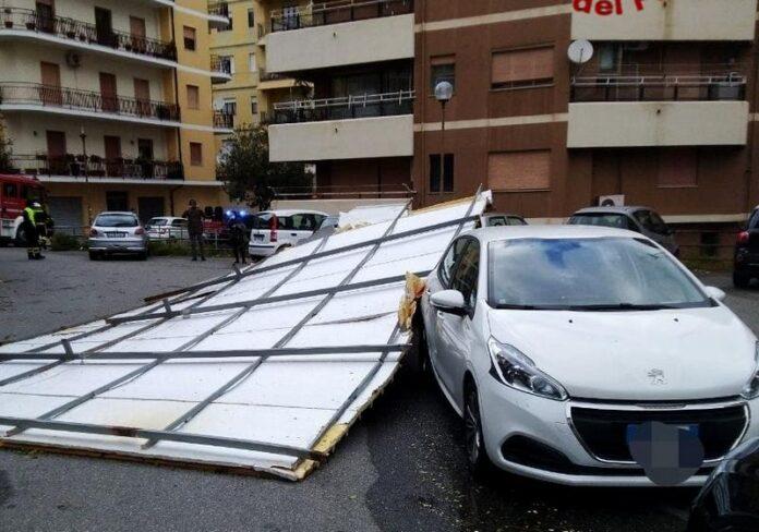 maltempo crotone tettoia auto