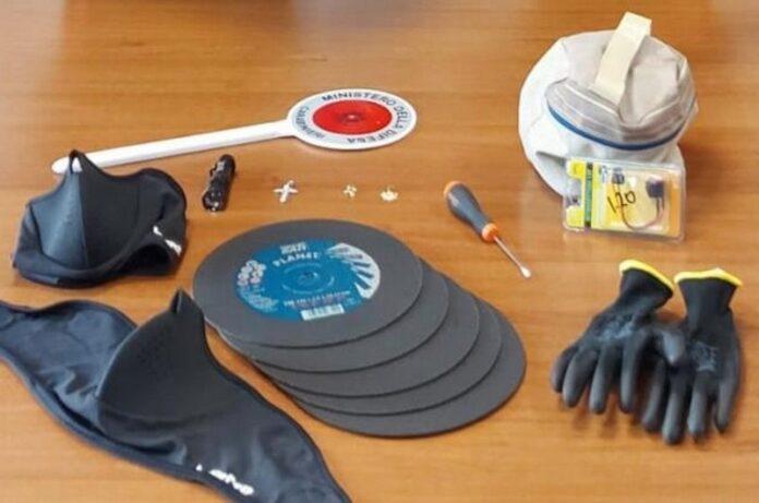 Il materiale trovato nell'auto sequestrata