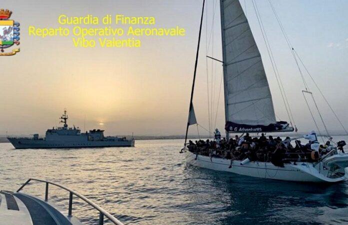 intercettati due yacht con migranti