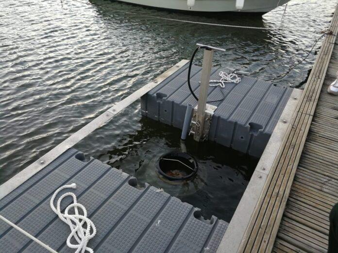 cestino galleggiante di rifiuti Laghi di Sibari