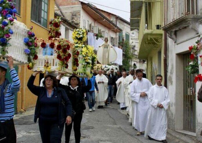 fedeli processione paravati