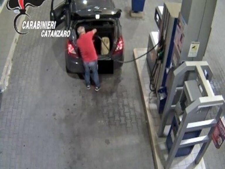 Faceva il pieno di benzina con la carta di Calabria Verde, arrestato