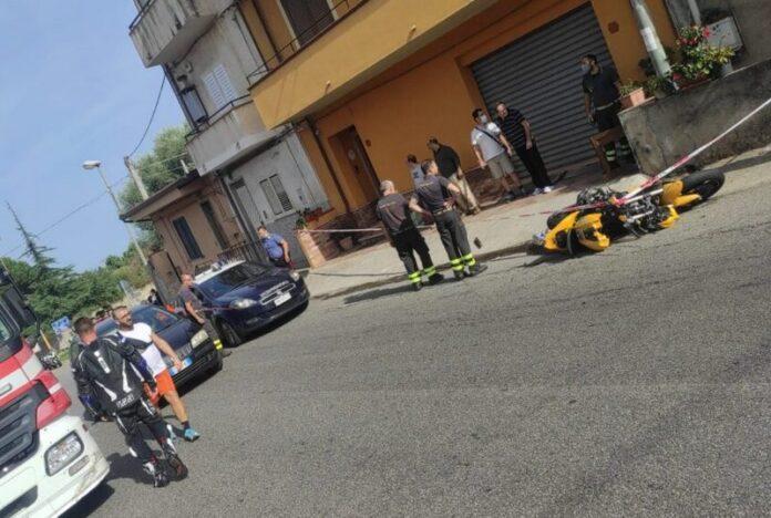 incidente moto buca motociclista morto